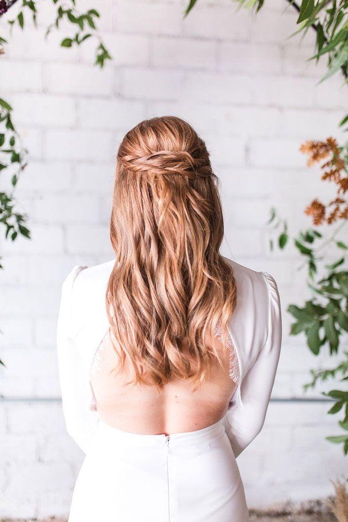 rot blonde lange haare mit wellen flechtfrisuren halboffen rückenloses weißes kleid mit langen ärmeln elegante und schlichte hochzeit