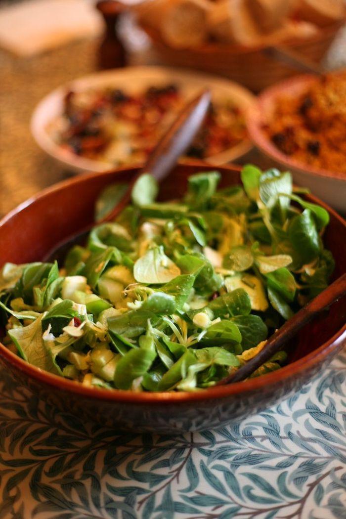 rote schüssel mit salat mit grünne blättern eines feldsalats löffel tisch dressing für feldsalat
