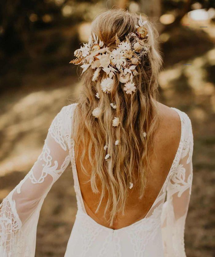 rückenloses weißes kleid mit ärmeln und spitze accessoires blumen im haar blond mit strähnen brautfrisur offen halb hoch halb unten boho chic style hochzeit