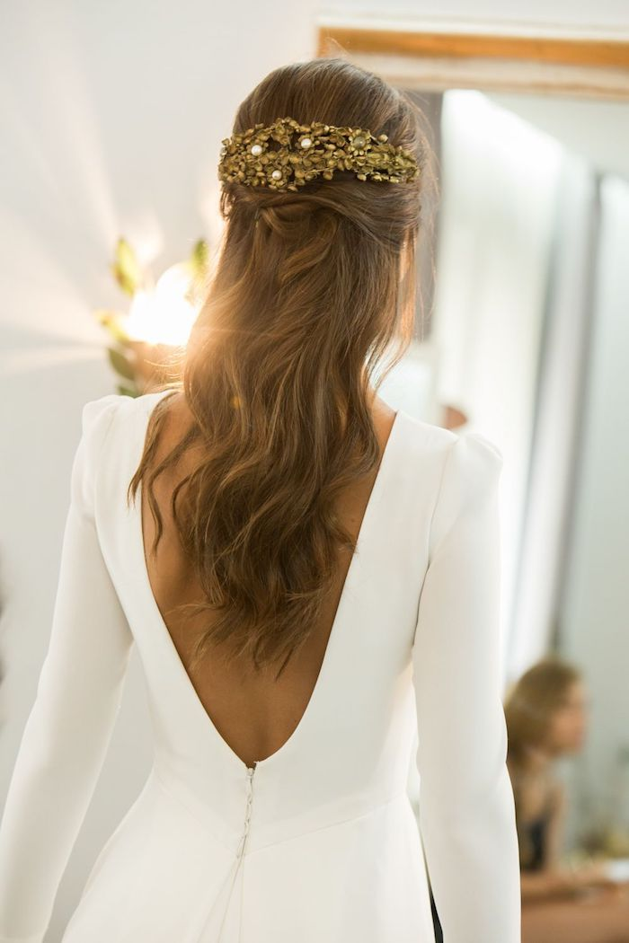 rückenloses weißes kleid mit langen ärmeln lange gewellte braune haare brautfrisuren 2020 haaraccessoires tiara mit gold und perlen hochzeitsfeier
