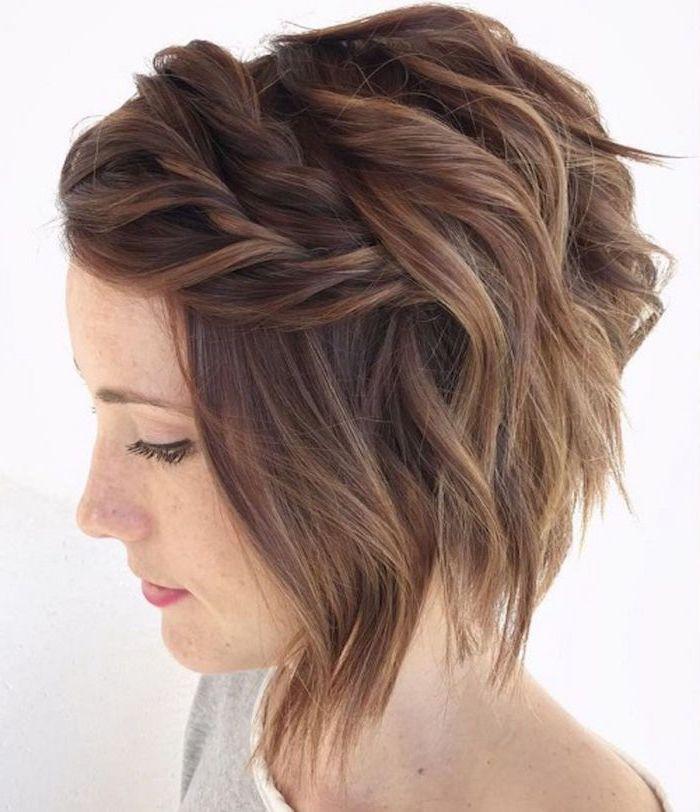 schicke frisur für mittellangen haarschnitt dünnes haar elegant für den alltag frau mit grauer bluse geschmint auf weißem hintergrund