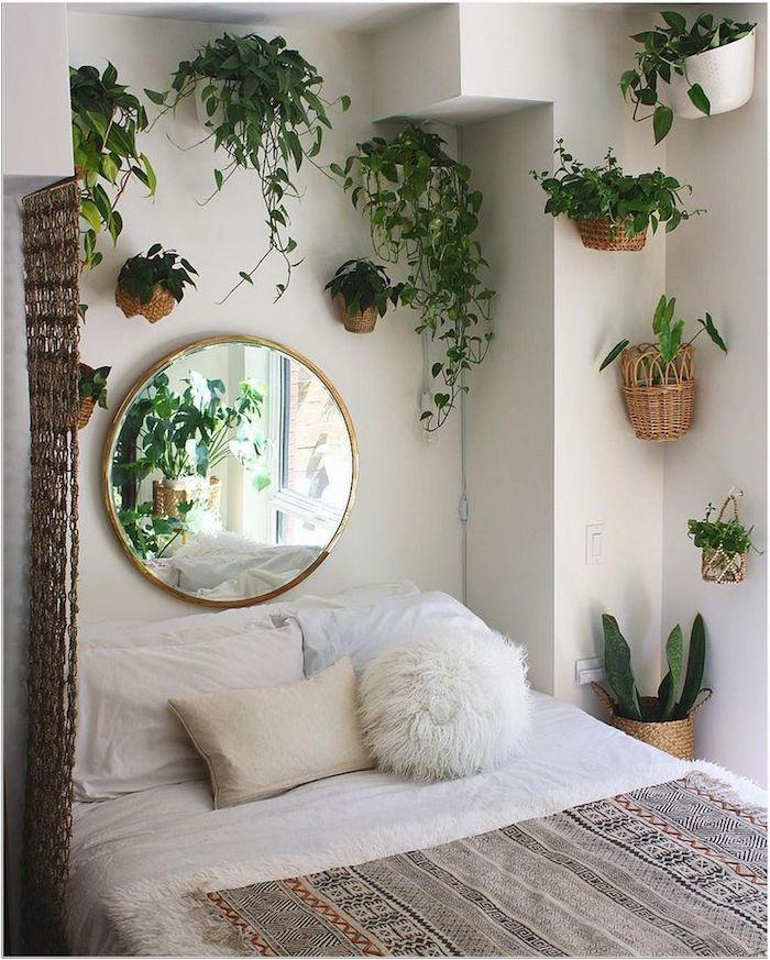 schlafzimmer einrichten mit hängenden grünen pflanzen großer runder spiegel teenager zimmer mädchen flauschige kissen minimalistisch böhmische einrichtung zimmer