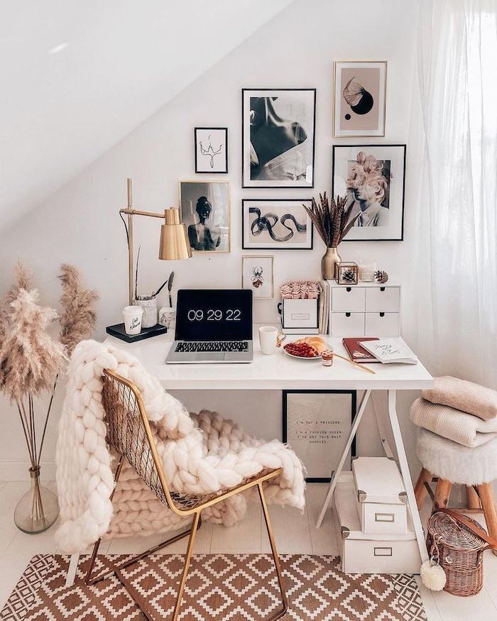 schlafzimmer mit dachschräge tumblr schreibtisch ästhetische bilder an die wand dicke flauschige decke raum dekoration home office inspiration