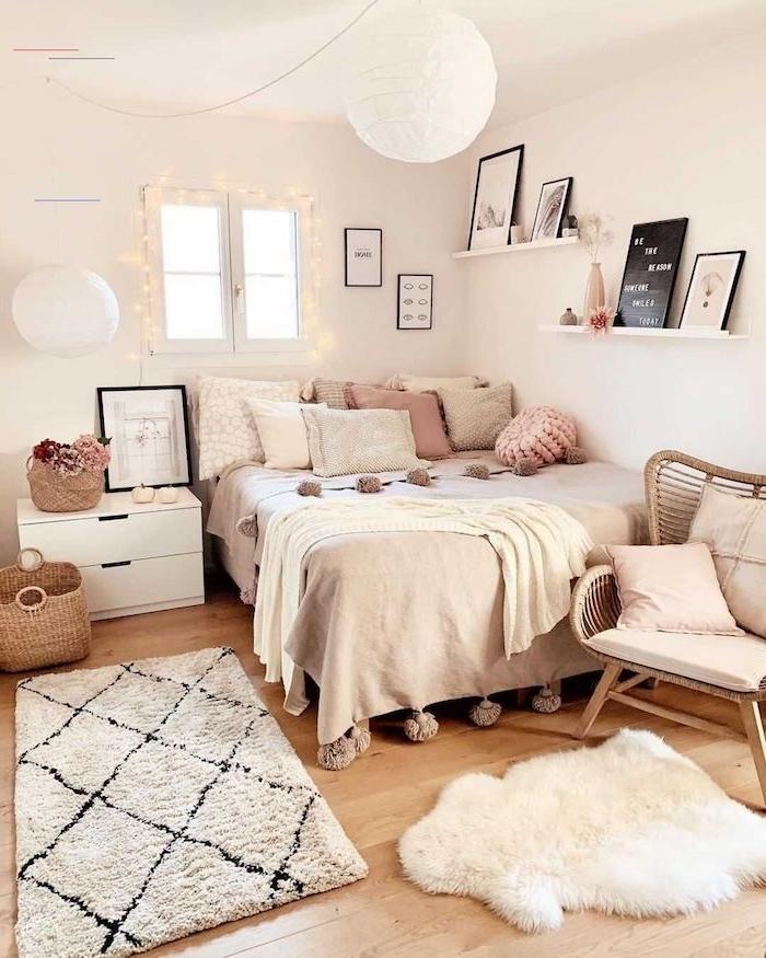 schlafzimmer mit kleinem fenster beiger teppich vsco zimmer pastell und rosa farben teenager zimmer einrichten modern und cozy kleine lichterketten