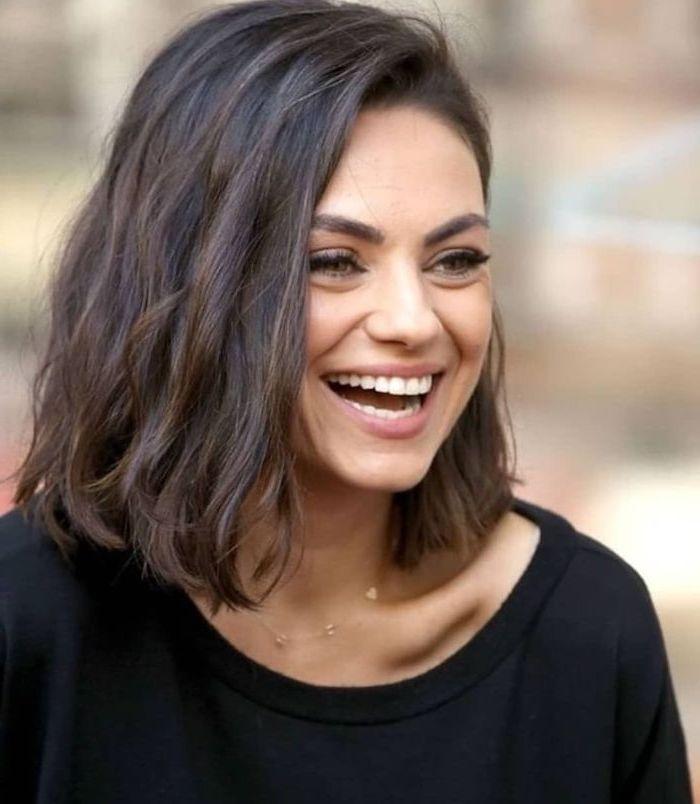 schöne frisuren für schulterlange haare mila kunis dunkelbraune haare mit schwarzem pullover goldener halskette leicht geschminkt