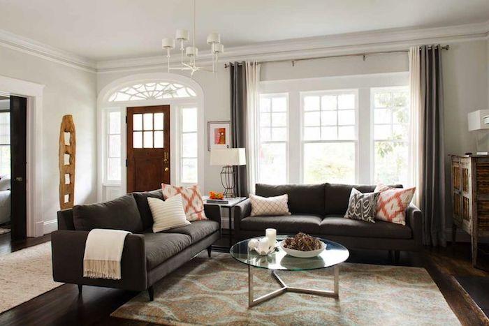 schöner wohnen farbe cremige wandfarbe duneklfarbige möbel und teppiche dekorative glastisch