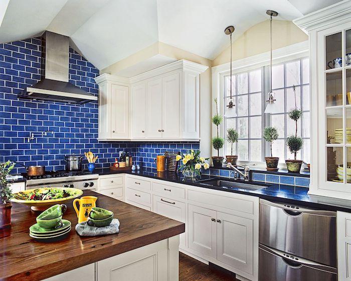 schöner wohnen farbpalette küche streichen weiße wand mit dunkelblauen ziegelsteinen dunkelfarbige holzdecke weiße küchenschränke