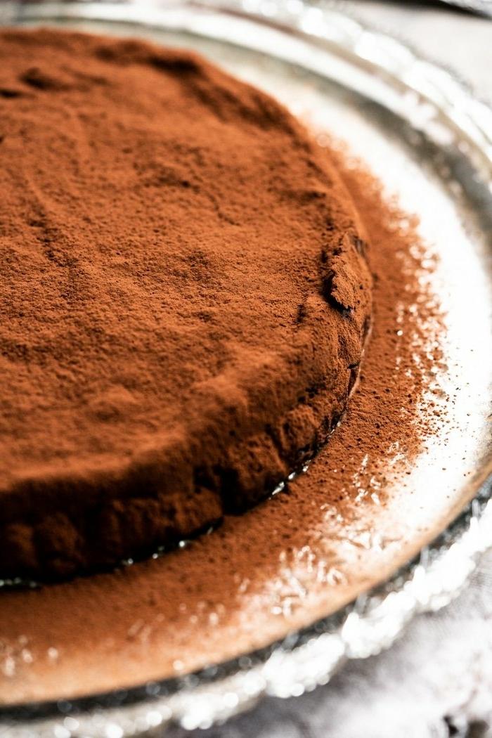 schokokuchen ohne zucker zuckerfreier schokoaldenkuchen saftiger schokokuchen garniert mit kakao gesunder nachtisch