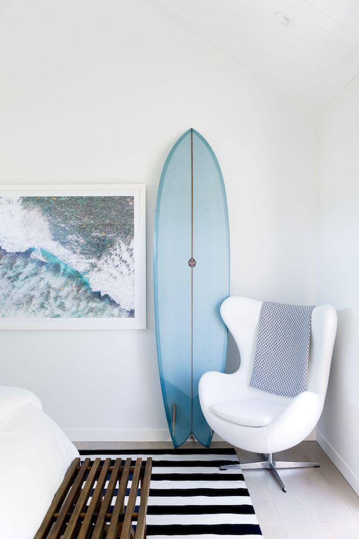 schwarz weißer teppich maritime dekoration blauer surfboard deko holzbank stylisher weißer sessel ikea jugendzimmer inspiration wandgemälde meer