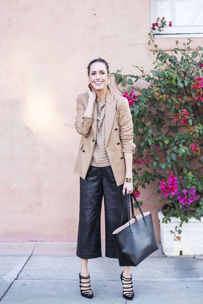 schwarze leder culottes beige jacke und bluse große schwarze tasche und high heels casual chic street style inspiration