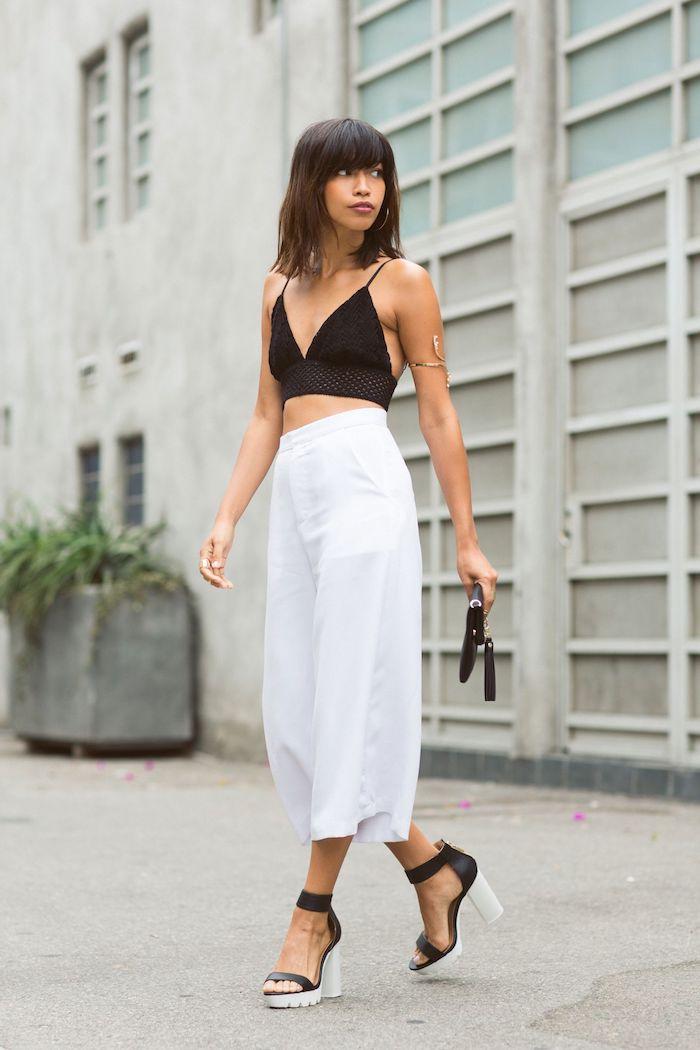 schwarzer bustier elegantes outfit weite hose kombinieren weiße culottes für welche figur stylische high heels kurzhaarfrisuren mit pony braune haare