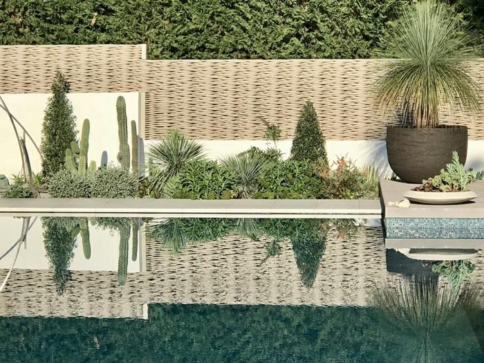 sichtschutz kleiner garten moderner gartenzaun zaundeko mit pflanzen schwimmbad