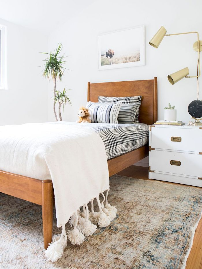 simple kleine schlafzimmer kleines holzbett schwarz weiße bettwäsche nachttisch mit zwei schränken kleines jugendzimmer einrichten beiger teppich
