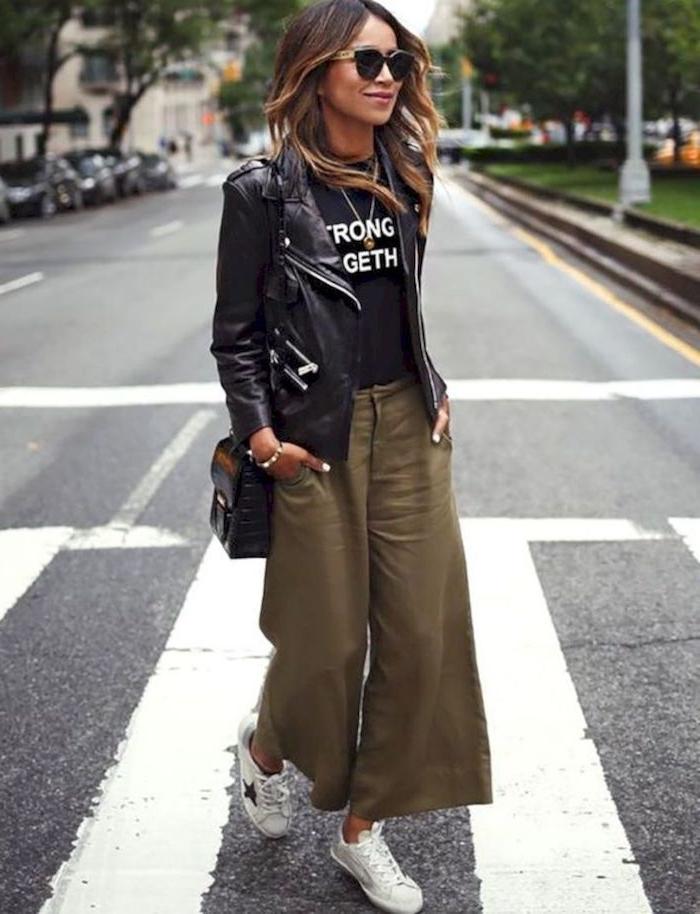 sincerely jules blog julie sirinana styling inspiration grüne collot hose kombiniert mit schwarzem t shirt und lederjacke weiße sneakers casual chic style