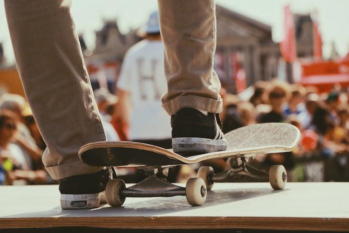 skateboard ein mann mit schwarzen schuhen was kann man heute machen ideen für aktivitäten für outdoor