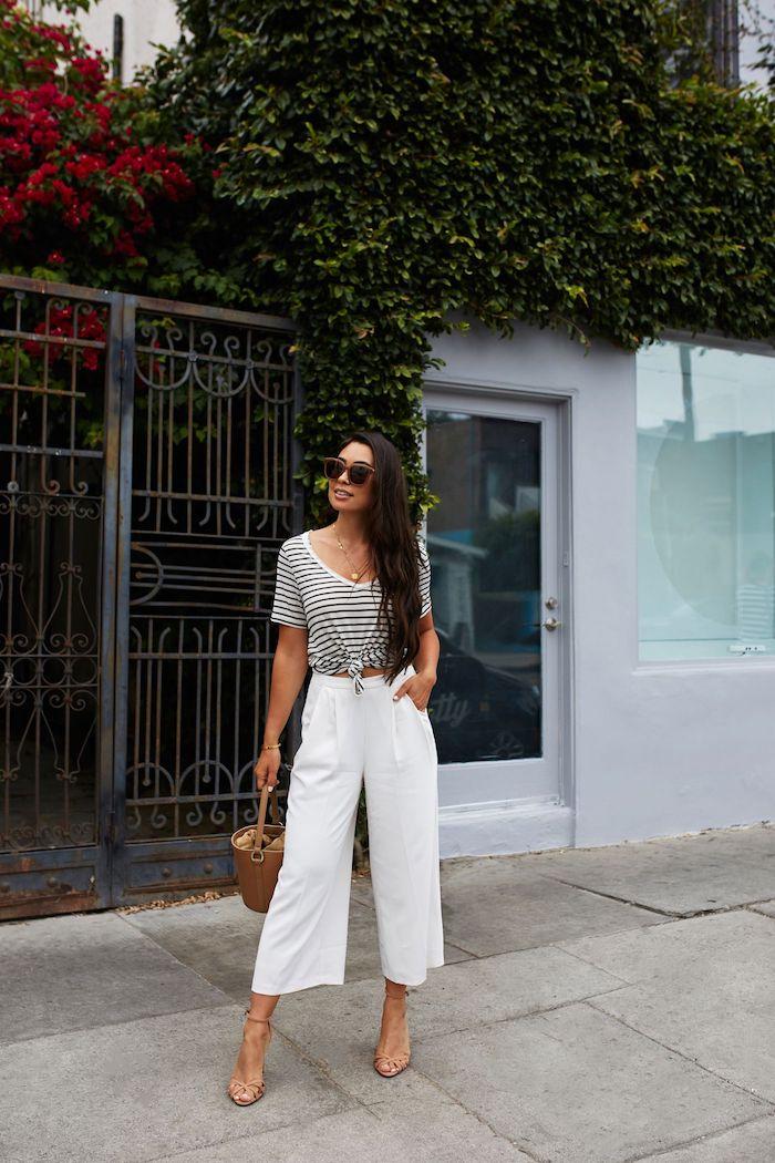 smart casual dresscode für damen weiße weite hose kombinieren mit schwarz weiß gestreiftem t shirt frau mit langen schwarzen haaren braune tasche und high heels