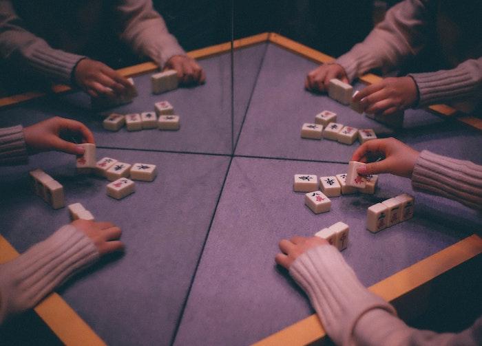 spiele mit freunden spielen was kann man heute machen hände und ein violetter tisch ideen für aktivitäten mit freunden