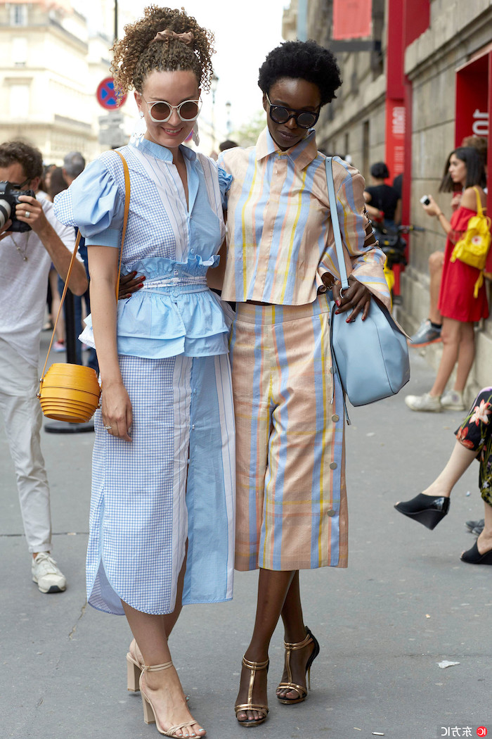 style inspo culotte gestreift verschiedene farben street style zwei elegante frauen fashion inspo
