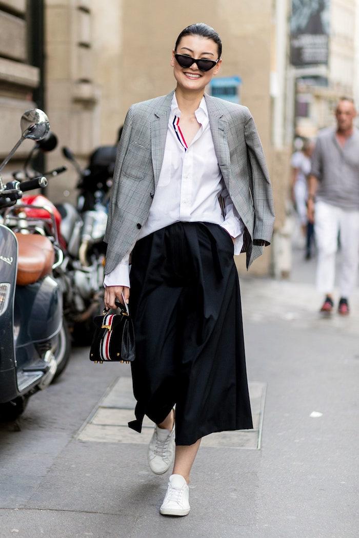 styling ideen und inspiration fashion week street style culotte hose kombinieren winter weite schwarze hose weiße sneakers und bluse gestreifte jacke
