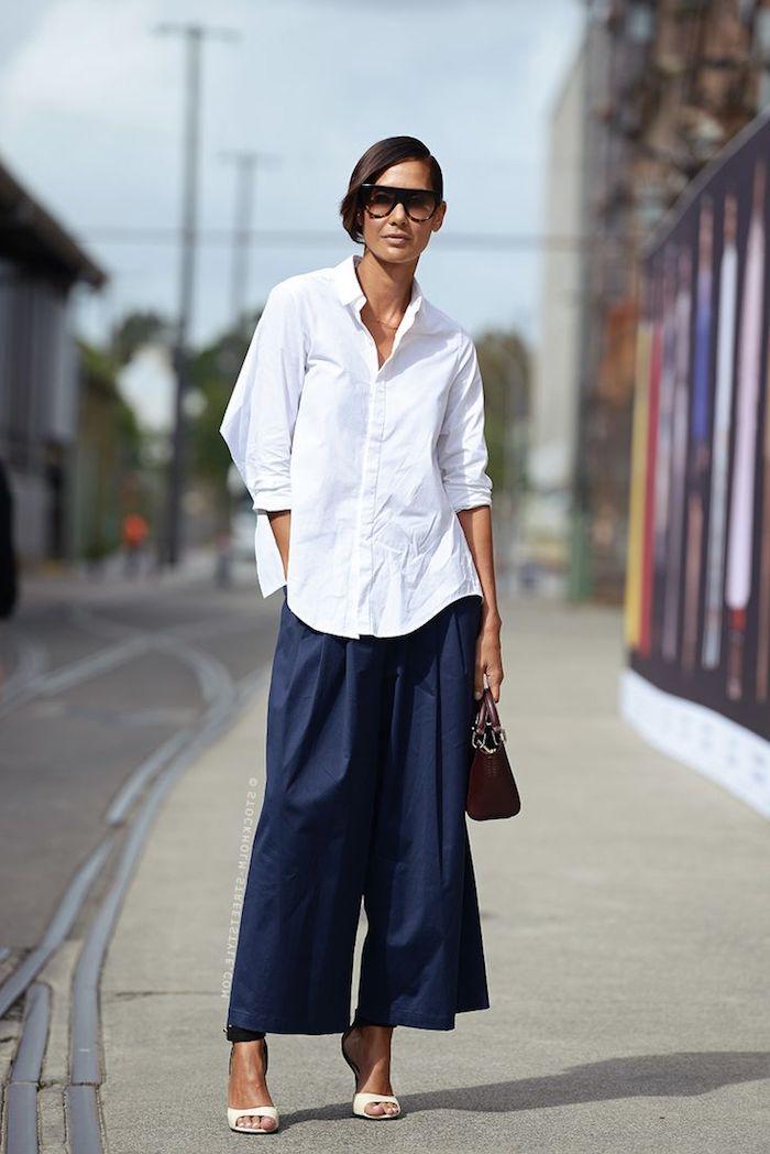 styling inspiration langes weites weißes hemd welche schuhe zur culotte lang dunkel blau street style ideen mini tasche schwarz braune haare frisuren high heels