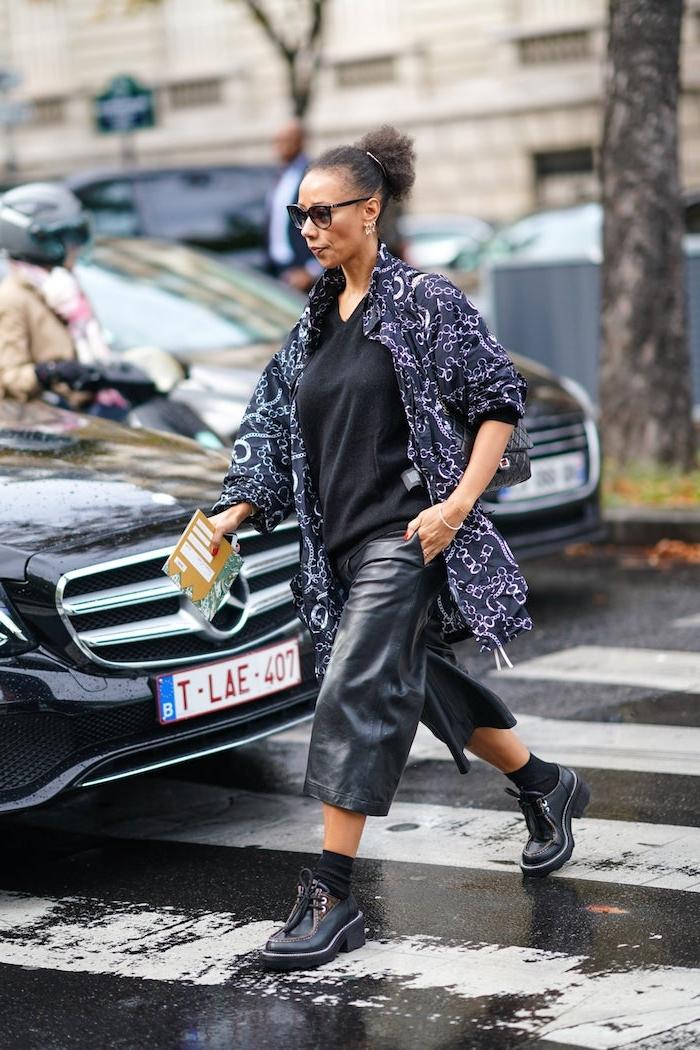stylische outfits ideen leder culottes monochromes schwarzes styling street style inspiration herbst frau mit hochgesteckten haaren und sonnenbrillen