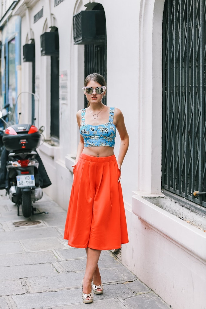 stylisches und elegantes outfit blaues crop top mit tier muster rote weite culotte hose kombinieren mit schuhen mit absatz street style inspo