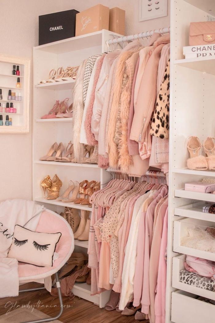 stylishe klamotten in rosa töne offener kleiderschrank jugendzimmer beige goldene high heels deko kissen mit wimpern mädchen schlafzimmer ausstatten