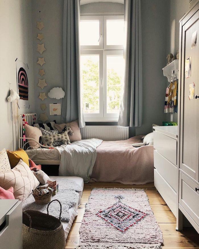 süßes jugendzimmer mädchen ideen rosa decke kuscheltiere und spielzeuge dekoration sternen an die wand bunter flauschiger teppich