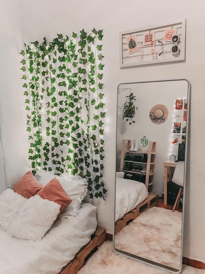 teenager tumblr zimmer inspiration hängende kletterpflanze flauschiger pinker teppich großer spiegel ohne rahmen deko artikel schlafzimmer mädchen