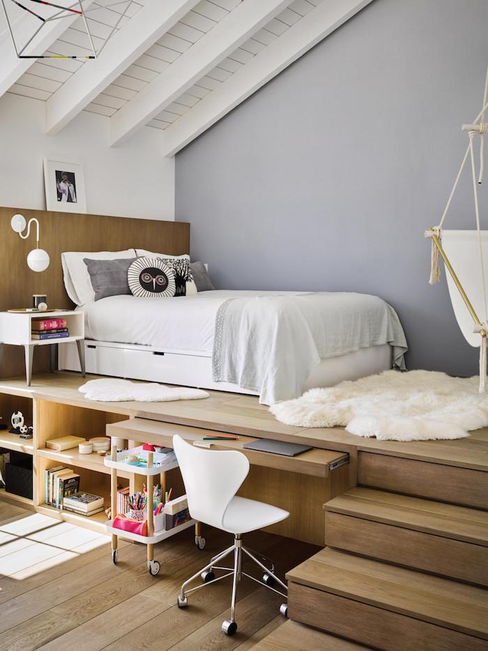teenager zimmer dachschräge hochbett jugendzimmer wandfarbe grau weißer flauschiger teppich dekoration kleines bett weiße bettwäsche weißer stuhl mit rollen