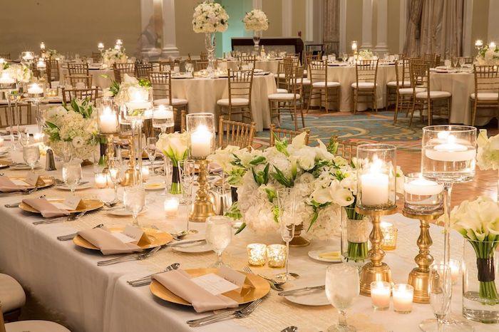 tisch in gold dekoriert für 50es hochzeitsjubiläum teller besteck gläser und kerzen in gold