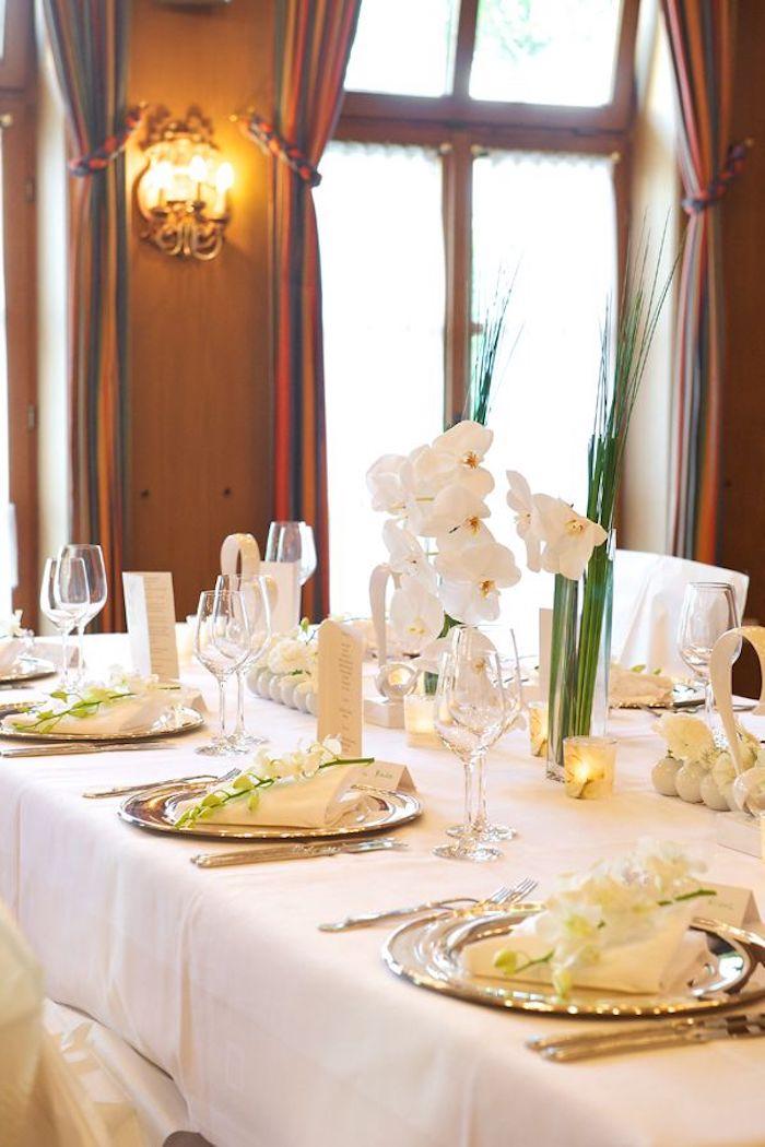 tischdeko in weiß und gold goldene hochzeit geschenke und dekoration goldene teller weiße blumen und tischdecke