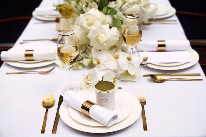 tischdeko zur goldenen hochzeit weiße teller goldenes besteck blumen weiße rosen und orchideen