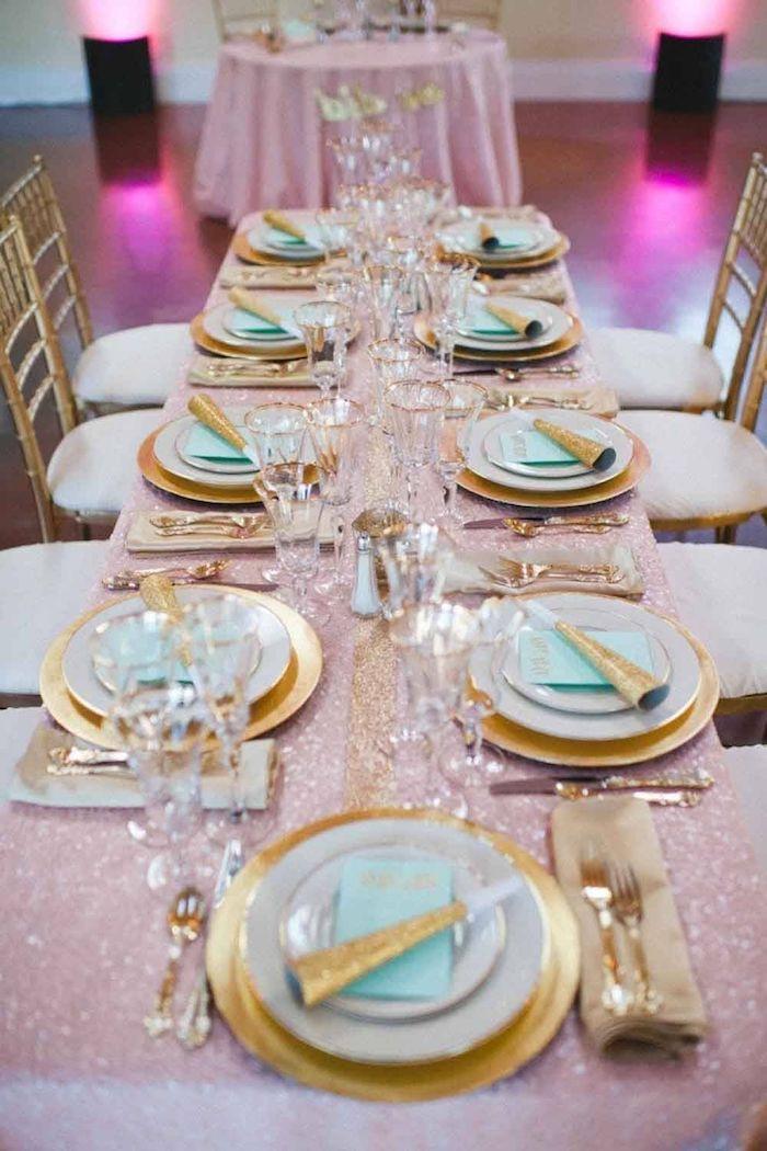 tischeinrichtung in gold und minzgrün für goldene hochzeit teller in weiß und gold mit goldenem besteck