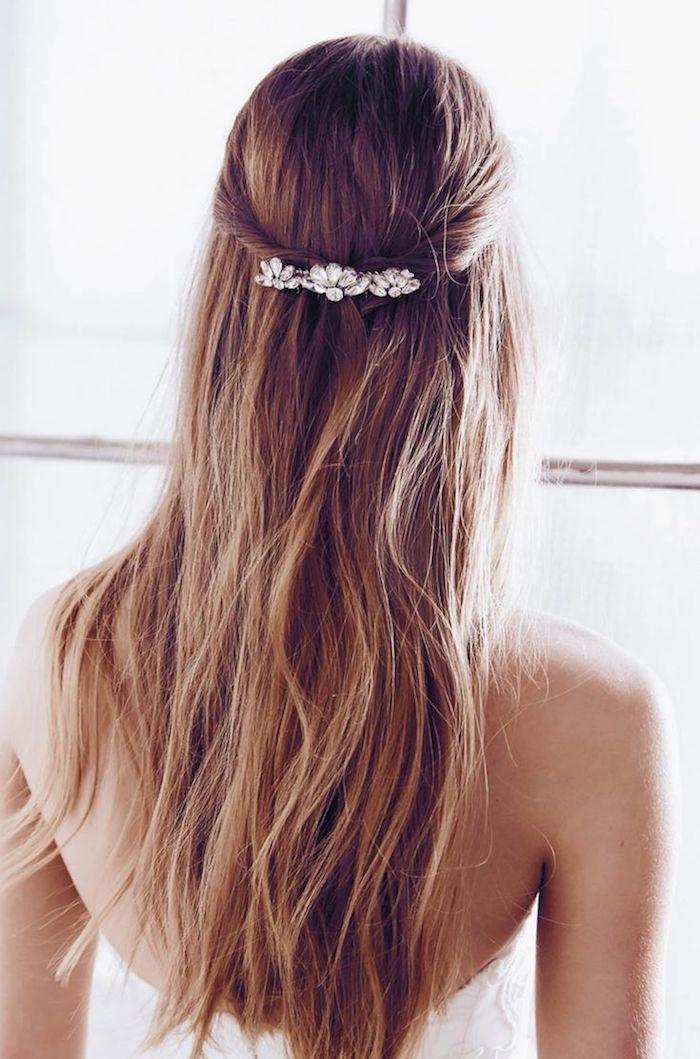 traumhafte frisur halboffen hochzeit braut braune haare mit strähnen elegantes accessoire im haar halb hoch halb unten hochsteckfrisur