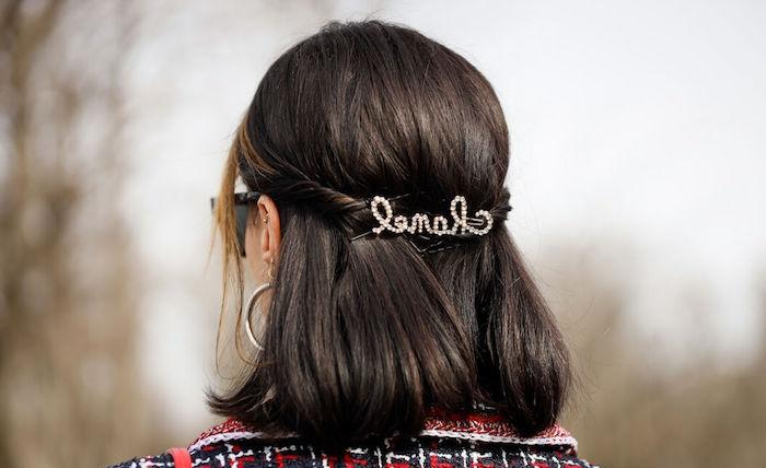 unkomplizierte frisuren für mittellange haare mit haarsprange hinten braune schulterlange haare junge frau mit rot schwarzem karierten mantel