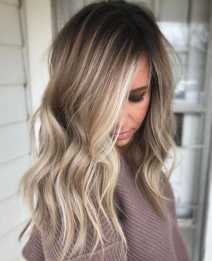 unkomplizierte frisuren mittellang balayage blond braun junge frau mit grau rosa gestricktem pulli augenschmuck