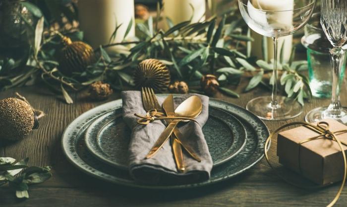 untypische tischdeko in dunkelblau zur goldenen hochzeit feiern