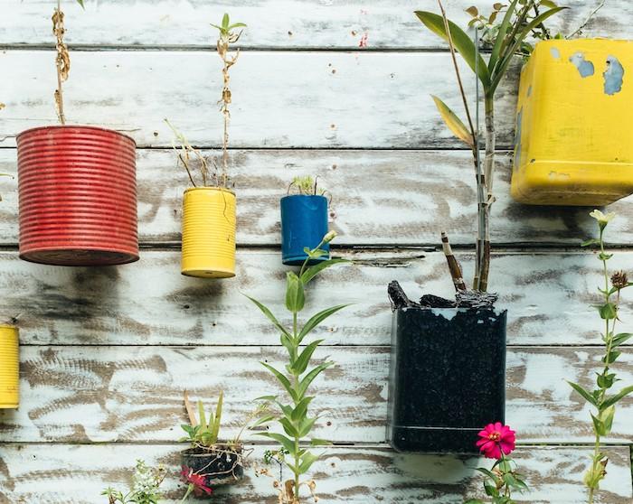 upcycling ideen eine wand aus holz mit blumentopf aus dosen blumentöpfe mit pflanzen aus alt mach neu