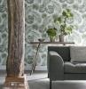 urban jungle diy wanddeko tapete hellgrüne pflanzblätter auf weißem hintergrund graue möbel holzdeko wohnzimmer streichen