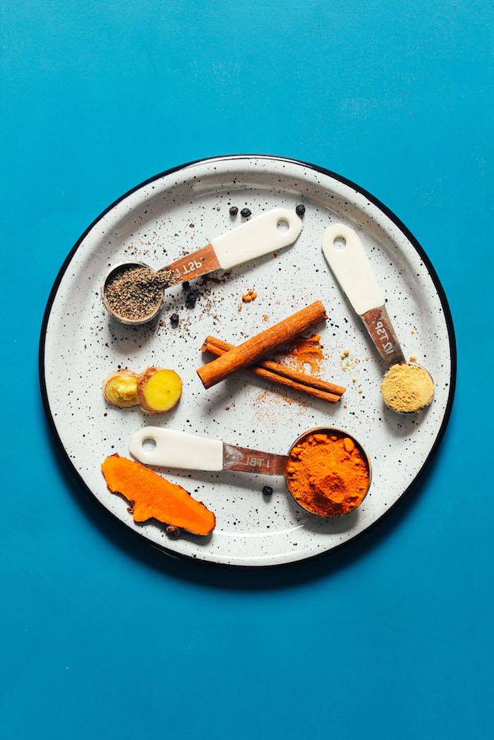 vegane goldene milch rezept die zutaten ein löffel mit ingwer zimt und kurkuma vegane goldene milch wirkung