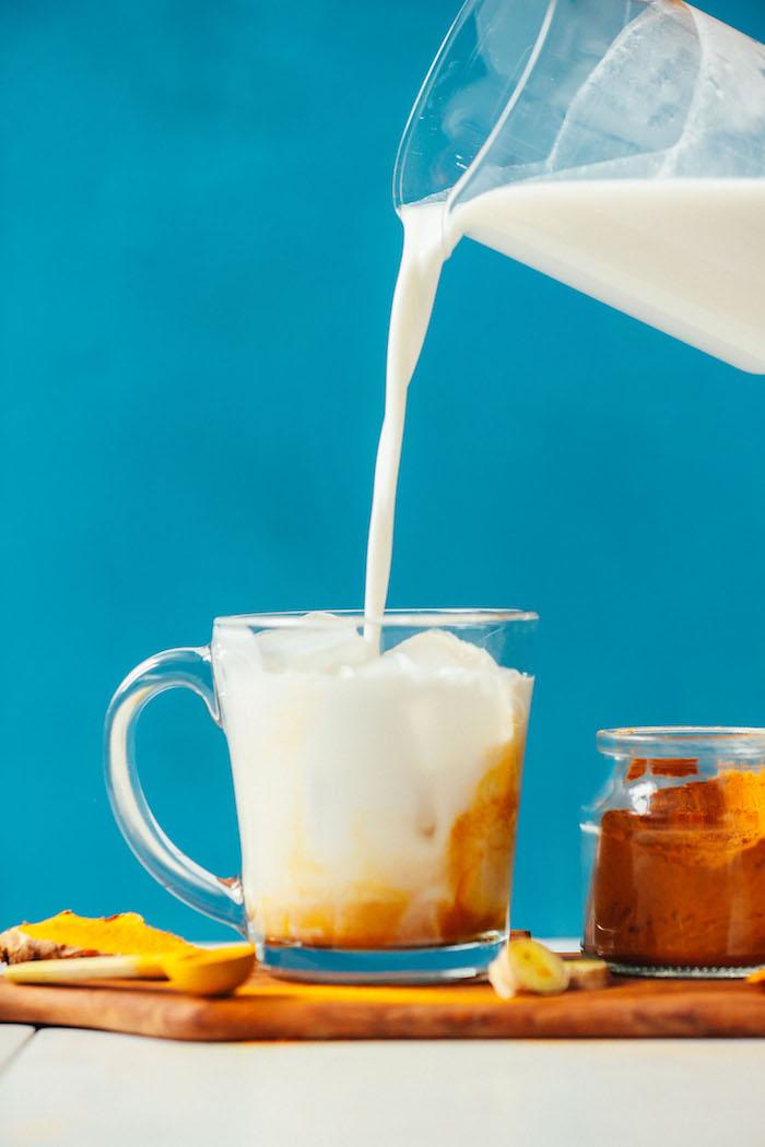 vegane goldene milch rezept eine kana mit milsch schritt für schritt anleitung die wirkun der goldenen milch