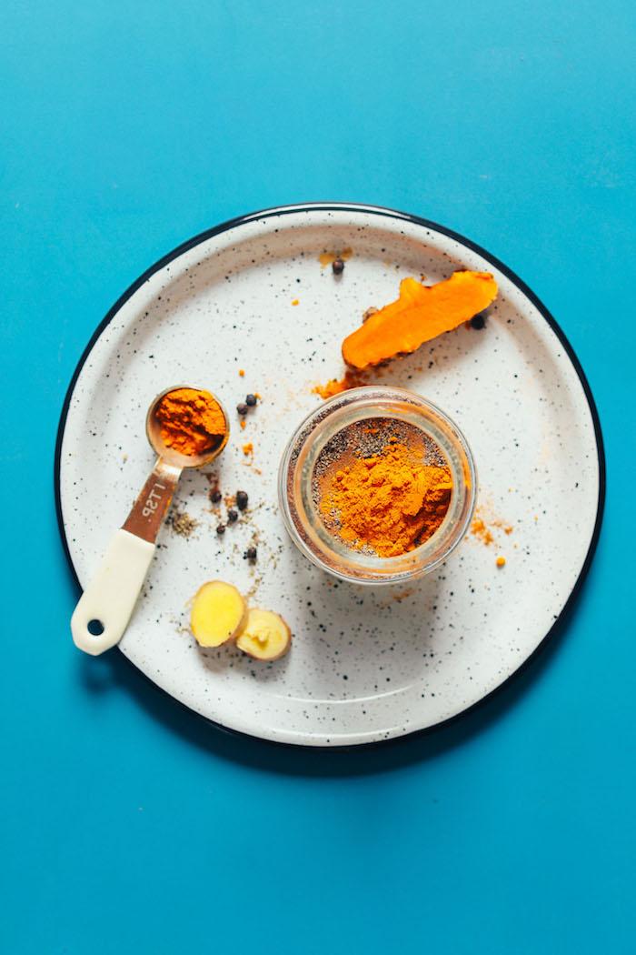 vegane goldene milch rezept löffel mit kurkuma ein glas mit kurkuma die zutaten