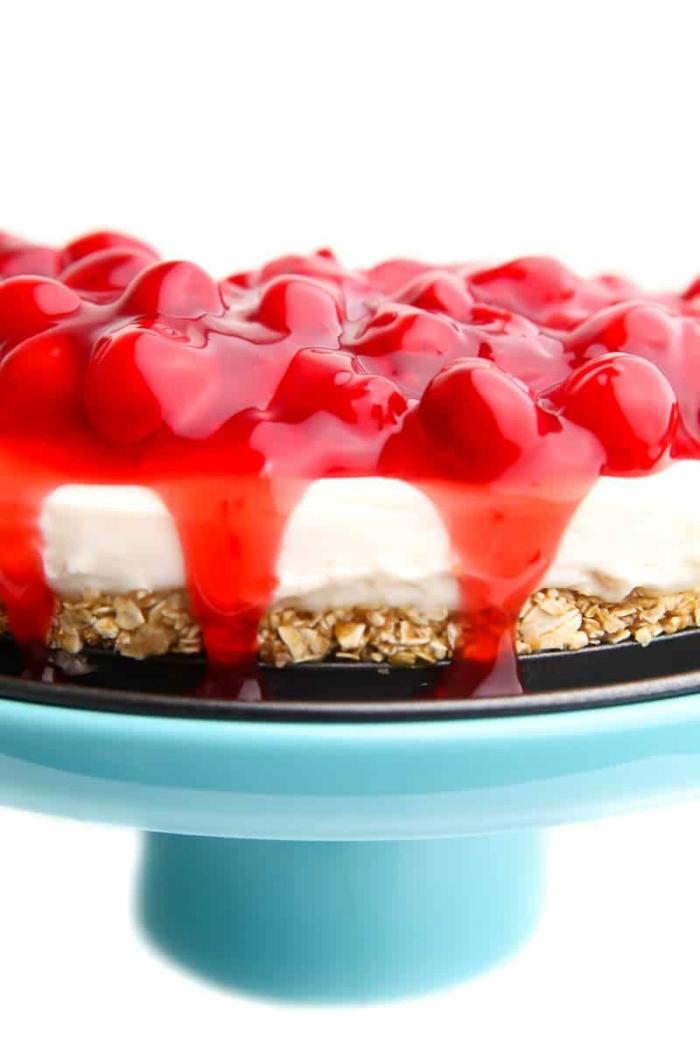 veganer kuchen ohne zucker nachtisch für den sommer cheesecake mit boden mit datteln und nüssen garniert mit kirschmarmelade