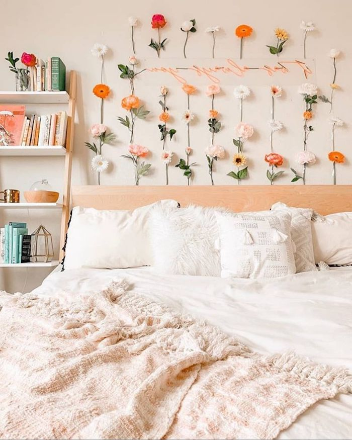 wand dekoriert mit vielen blumen offenes regal mit büchern tumblr room teenager mädchen dekorieren minimalistisch und modern interior design 2020