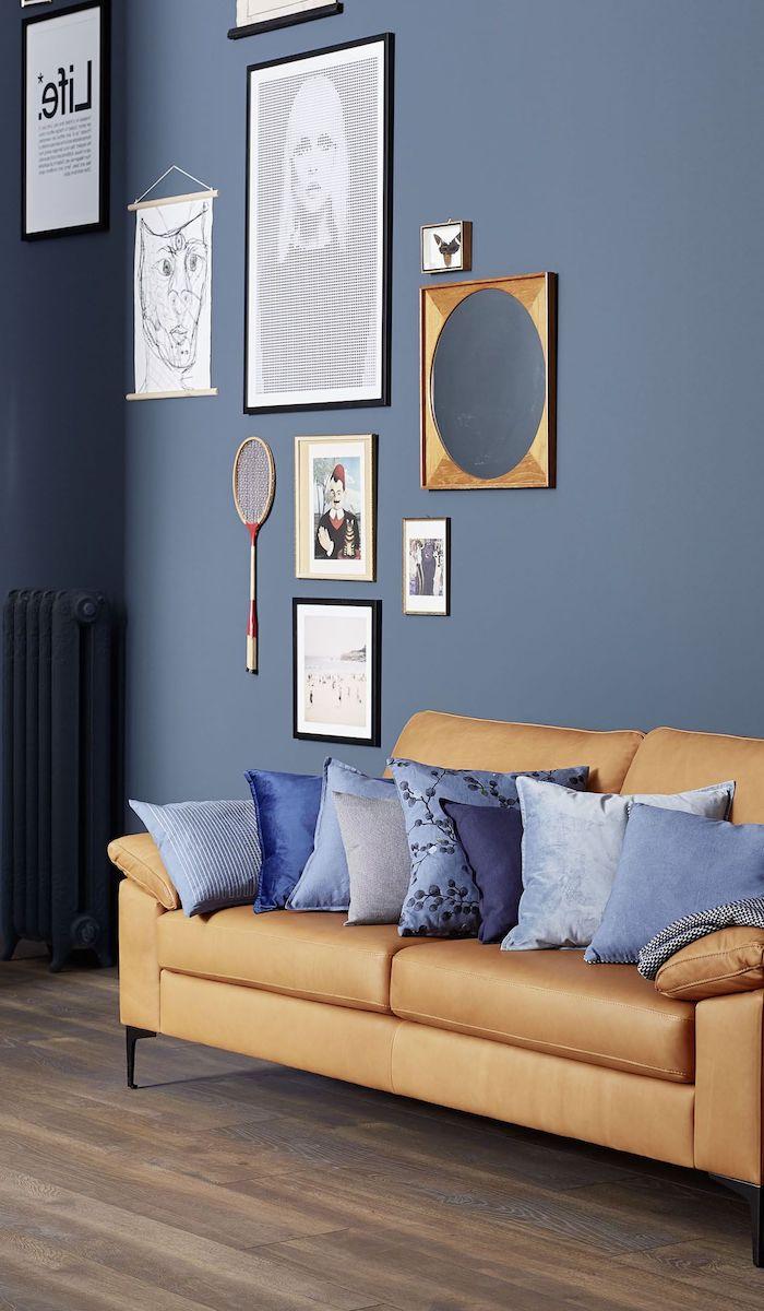 wanddeko fotos tennisschläger wände in grau blau sofa in hellbraun leder ideen wanddeko selber machen