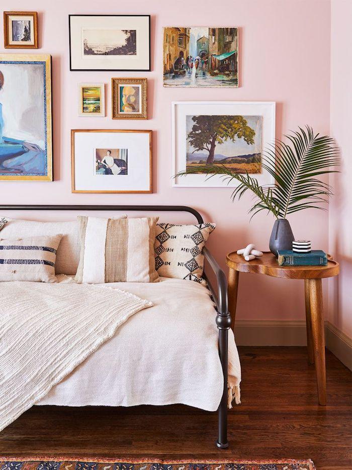 wandfarbe altrosa kreative wandgestaltung jugendzimmer kleine große bilder vintage runder holztisch drei beine bett metallrahmen