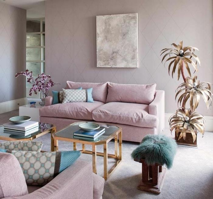 wandfarbe mauve hellrosa sofa goldene palme feminine einrichtung in rosa wohnzimmereinrichtung