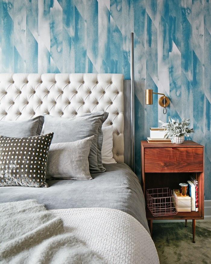wandfarben kombinieren tapetten in hellen farben himmelblau milchgraue bettwäsche kleine deko