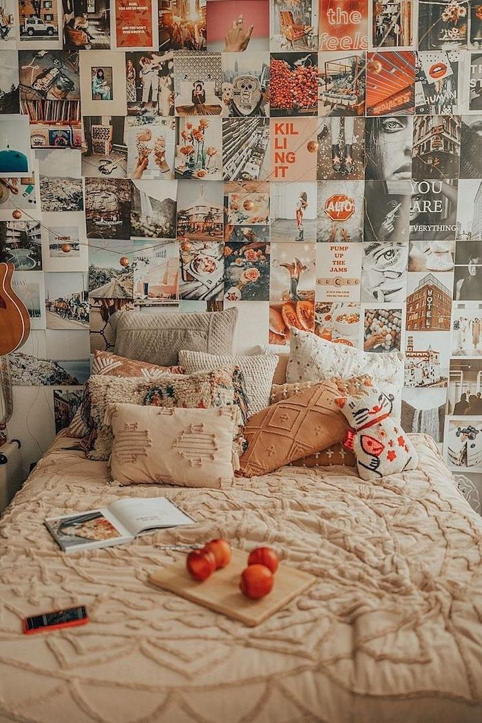 wandgrestaltung jugendzimmer ideen für kleine räume poskarten collage wanddekoration dekorative kissen aufgeschlagenes kleines buch